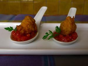 Buñuelos de bacalao con tomate